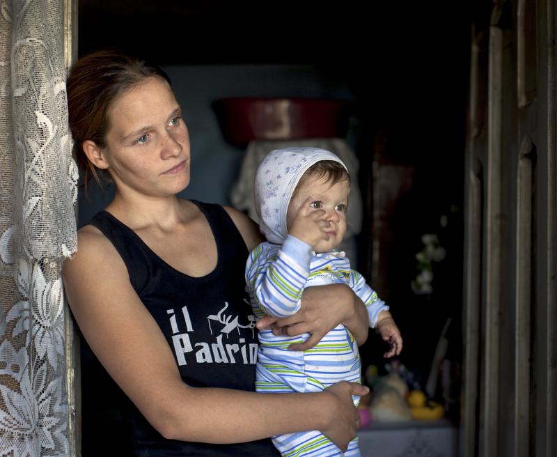 Iona, 20 ans, a une petite fille de 8 mois. Elle est séparée du père de l'enfantc car celui-ci était toxicomane. Elle partage un deux-pièces avec sa mère, sa sœur et le mari de sa sœur à Bucarest.