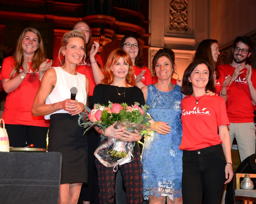 La baronne Sophie Jekeler (fondatrice de la Fondation Samilia) , la chanteuse Axelle Red, Sylvie Bianchi et CŽline MŽlignon entourŽes des bŽnŽvoles de Samilia